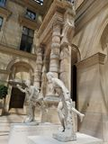 Γλυπτά στο μουσείο του Λούβρου στο Παρίσι, Γαλλία Στοκ φωτογραφία με δικαίωμα ελεύθερης χρήσης