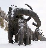 Γλυπτά των μαμούθ σε Archeopark, Khanty - Mansiysk, Ρωσία που βρίσκεται στο πόδι του παγετώδους λόφου, Archeopark παρουσιάζει αλη Στοκ φωτογραφία με δικαίωμα ελεύθερης χρήσης