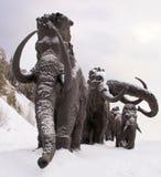 Γλυπτά των μαμούθ σε Archeopark, Khanty - Mansiysk, Ρωσία που βρίσκεται στο πόδι του παγετώδους λόφου, Archeopark παρουσιάζει αλη Στοκ Φωτογραφία