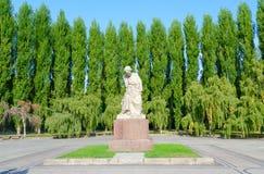 Γλυπτική περίλυπη μητέρα σύνθεσης στο πάρκο Treptow, Βερολίνο, Γερμανία στοκ φωτογραφία με δικαίωμα ελεύθερης χρήσης