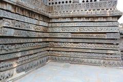 Γλυπτική τοίχων ναών Hoysaleshwara - σειρές των μυθικών ζώων και άλλων γλυπτών Στοκ Εικόνα