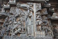 Γλυπτική τοίχων ναών Hoysaleswara του τοξότη Arjuna που κρατά το τόξο του επάνω Στοκ φωτογραφίες με δικαίωμα ελεύθερης χρήσης
