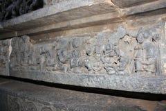 Γλυπτική τοίχων ναών Hoysaleswara του όμορφου γυναικείου αγγέλου apsaras με ένα μεγάλο hairdo Στοκ Εικόνες