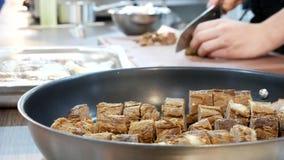 Γλυπτική ψημένο tenderloin βόειου κρέατος Μαγείρεμα στο εστιατόριο απόθεμα βίντεο