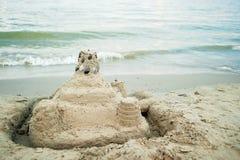 γλυπτό άμμου στην παραλία θάλασσας στο θερινό ηλιοβασίλεμα Κάστρο άμμου στοκ εικόνα