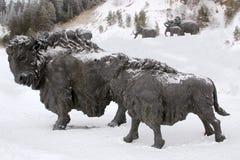 Γλυπτό ενός ταύρου, Archeopark, Khanty - Mansiysk, Ρωσία που βρίσκεται στο πόδι του παγετώδους λόφου, Archeopark παρουσιάζει αληθ Στοκ Φωτογραφίες