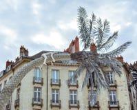 Γλυπτό και παράθυρα στην πλατεία της Νάντης στοκ φωτογραφίες