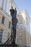 Γλυπτό μπροστά από την είσοδο στο Μουσείο Σύγχρονης Τέχνης Erarta στο ST Petersbur Στοκ εικόνες με δικαίωμα ελεύθερης χρήσης