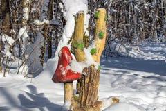 Γλυπτό πάρκων του toadstool στο χειμερινό δάσος στοκ φωτογραφίες με δικαίωμα ελεύθερης χρήσης