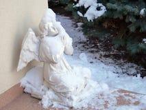 Γλυπτό του αγγέλου κάτω από το χιόνι στοκ εικόνες