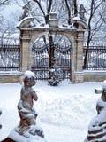 Γλυπτό των αγγέλων σε ένα χειμερινό πάρκο στοκ εικόνα με δικαίωμα ελεύθερης χρήσης