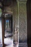 Γλυπτό των apsaras και του χαρασμένου στυλοβάτη το angkor Καμπότζη συγκεντρώνε Στοκ Φωτογραφίες