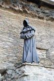 Γλυπτό χαλκού ενός μοναχού χωρίς ένα πρόσωπο στην παλαιά πόλη σε Tal στοκ φωτογραφία