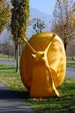 """Γλυπτό """"γιγαντιαίο σαλιγκάρι """"με το ράγισμα της τέχνης, Μιλάνο, 7 Ελβετικές τριετίες του γλυπτού, τέχνη στην κακή έκθεση RagARTz  στοκ εικόνες με δικαίωμα ελεύθερης χρήσης"""