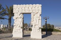 """Γλυπτό """"μια πύλη πεποίθησης """"στο πάρκο Abrasha σε Yaffo με την παράβλεψη του Τελ Αβίβ στο υπόβαθρο, στοκ φωτογραφίες με δικαίωμα ελεύθερης χρήσης"""