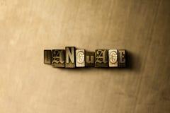 ΓΛΩΣΣΑ - κινηματογράφηση σε πρώτο πλάνο της βρώμικης στοιχειοθετημένης τρύγος λέξης στο σκηνικό μετάλλων Στοκ Εικόνα