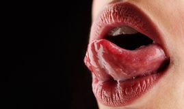 Γλώσσα, χείλια, στόμα Στόμα των προκλητικών αισθησιακών γυναικών Υγιή δόντια και χαμόγελο, φρεσκάδα στο στόμα Γλείψιμο γλωσσών θη στοκ εικόνες