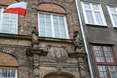 Γντανσκ Η πολωνική σημαία κυματίζει σε μια πρόσοψη του παλαιού κτηρίου Στοκ φωτογραφίες με δικαίωμα ελεύθερης χρήσης