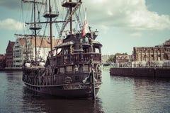 ΓΝΤΑΝΣΚ, ΠΟΛΩΝΙΑΣ - 04.2017 ΑΥΓΟΥΣΤΟΥ: Σκάφος πειρατών στον ποταμό Motlawa μέσα Στοκ φωτογραφία με δικαίωμα ελεύθερης χρήσης
