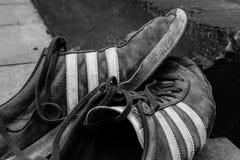 Γνωστή αθλητική ενδυμασία και κατασκευαστής παπουτσιών, που παρουσιάζει φορεμένα παπούτσια έξω από ένα μέρος στοκ φωτογραφίες με δικαίωμα ελεύθερης χρήσης