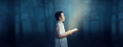 Γνώση από την ανάγνωση Ευτυχής ανάγνωση στο σκοτεινό δασικό θαυμάσιο κόσμο Στοκ εικόνα με δικαίωμα ελεύθερης χρήσης
