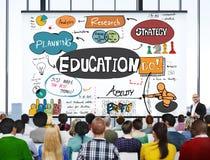 Γνώση εκπαίδευσης που μελετά την πανεπιστημιακή έννοια εκμάθησης στοκ φωτογραφίες