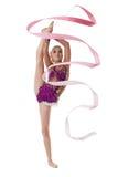 Γοητεία καλλιτεχνικού gymnast που χορεύει με τη ρόδινη κορδέλλα στοκ εικόνες