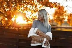Γοητεία της ευτυχούς νέας γυναίκας με το χαμόγελο σε ένα γκρίζο καθιερώνον τη μόδα σακάκι στοκ εικόνα με δικαίωμα ελεύθερης χρήσης