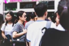 Γοητεία της μυστήριας γυναίκας με τα γυαλιά ηλίου που στέκονται το κτήριο εξωτερικού σε ένα πλήθος στοκ εικόνα με δικαίωμα ελεύθερης χρήσης