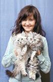 Γοητεία της νέας γυναίκας με τα γατάκια Στοκ φωτογραφία με δικαίωμα ελεύθερης χρήσης