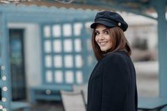 Γοητεία της νέας γυναίκας με τα όμορφα μάτια και της φυσικής σύνθεσης στα μοντέρνα ενδύματα άνοιξη, που θέτουν στην πόλη στο ηλιο στοκ φωτογραφία με δικαίωμα ελεύθερης χρήσης