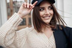 Γοητεία της νέας γυναίκας με τα όμορφα μάτια και της φυσικής σύνθεσης στα μοντέρνα ενδύματα άνοιξη, που θέτουν στην πόλη στο ηλιο στοκ εικόνες με δικαίωμα ελεύθερης χρήσης
