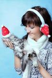 Γοητεία της νέας γυναίκας με τη γάτα στοκ εικόνες