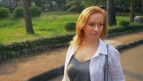 Γοητεία της νέας γυναίκας με τη χρυσή τρίχα που ορμά στο κέντρο πόλεων στοκ φωτογραφίες με δικαίωμα ελεύθερης χρήσης