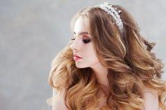 Γοητεία της νέας νύφης με την πολυτέλεια hairstyle όμορφη γαμήλια γυναίκα φορεμάτων Hairstyle με τις χνουδωτές μπούκλες στοκ εικόνα