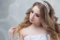 Γοητεία της νέας νύφης με την πολυτέλεια hairstyle όμορφη γαμήλια γυναίκα φορεμάτων Hairstyle με τις χνουδωτές μπούκλες στοκ φωτογραφίες
