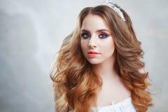 Γοητεία της νέας νύφης με την πολυτέλεια hairstyle όμορφη γαμήλια γυναίκα φορεμάτων Hairstyle με τις χνουδωτές μπούκλες στοκ εικόνες