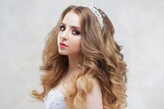 Γοητεία της νέας νύφης με την πολυτέλεια hairstyle όμορφη γαμήλια γυναίκα φορεμάτων Hairstyle με τις χνουδωτές μπούκλες στοκ εικόνες με δικαίωμα ελεύθερης χρήσης