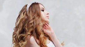Γοητεία της νέας νύφης με την πολυτέλεια hairstyle Όμορφη γυναίκα με το μοντέρνο γάμο makeup Χνουδωτές μπούκλες Hairstyle στοκ εικόνες