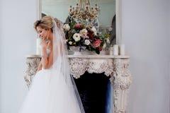 Γοητεία της νέας νύφης στο πολυτελές γαμήλιο φόρεμα Όμορφο κορίτσι, στούντιο φωτογραφιών στοκ εικόνα