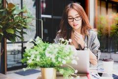 Γοητεία της όμορφης επιχειρηματία που μιλά με το φίλο, workmate ο στοκ φωτογραφία με δικαίωμα ελεύθερης χρήσης