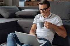 Γοητεία του εργατικού ατόμου που ελέγχει το ηλεκτρονικό ταχυδρομείο του Στοκ Εικόνες