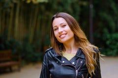 Γοητεία του νέου θηλυκού που στέκεται στο πάρκο στοκ εικόνα με δικαίωμα ελεύθερης χρήσης