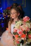 Γοητεία του ξανθού κοριτσιού σε ένα άσπρο φόρεμα με ένα ροδάκινο Στοκ Εικόνες