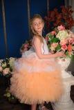 Γοητεία του ξανθού κοριτσιού σε ένα άσπρο φόρεμα με ένα ροδάκινο Στοκ φωτογραφία με δικαίωμα ελεύθερης χρήσης