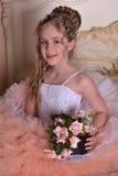Γοητεία του ξανθού κοριτσιού σε ένα άσπρο φόρεμα με ένα ροδάκινο Στοκ φωτογραφίες με δικαίωμα ελεύθερης χρήσης