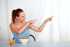 γοητεία τρώγοντας το γεύμα που δείχνει τη γυναίκα youmg στοκ εικόνες