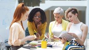 Γοητεία των μοντέρνων γυναικών που βρίσκουν ένα συμπέρασμα σε ένα συγκεκριμένο πρόβλημα φιλμ μικρού μήκους