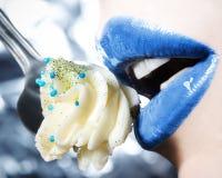 Γοητεία, όμορφα εμπαθή χείλια με muffin Στοκ εικόνες με δικαίωμα ελεύθερης χρήσης