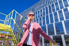 Γοητεία CEO που στέκεται nex στην εταιρία στοκ εικόνα με δικαίωμα ελεύθερης χρήσης